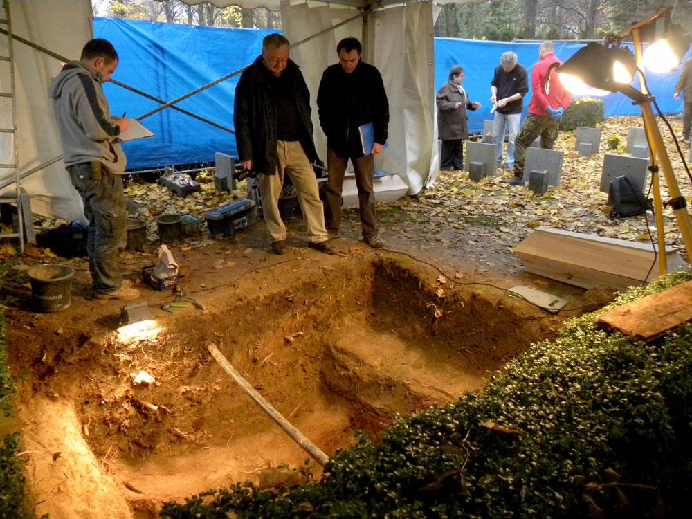 Uno dei momenti della riesumazione dei resti di don Toufar, autunno 2014 (foto archivio M. Doležal).